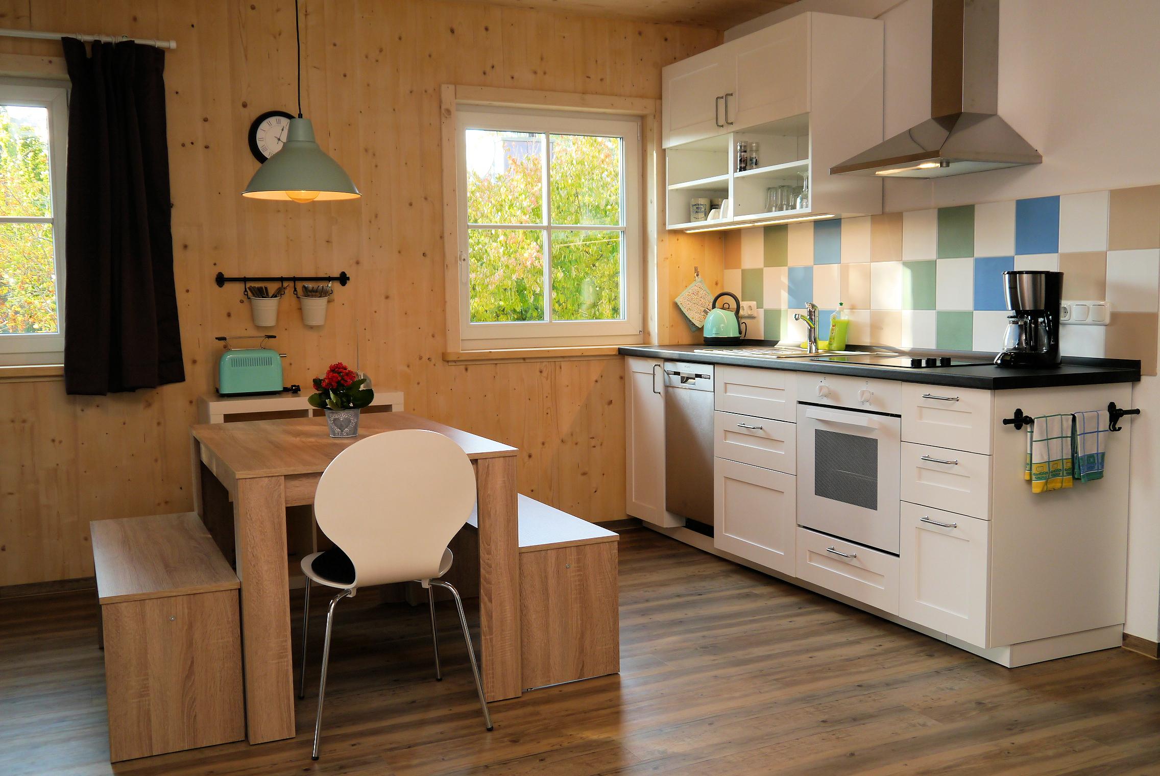 Fühlen Sie sich wohl in der komplett ausgestatteten Küche.