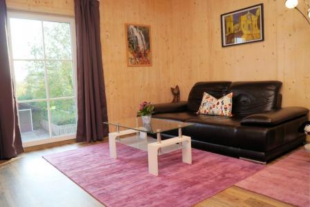 Apt. 1 Das Wohnzimmer grenzt an die Küche an.