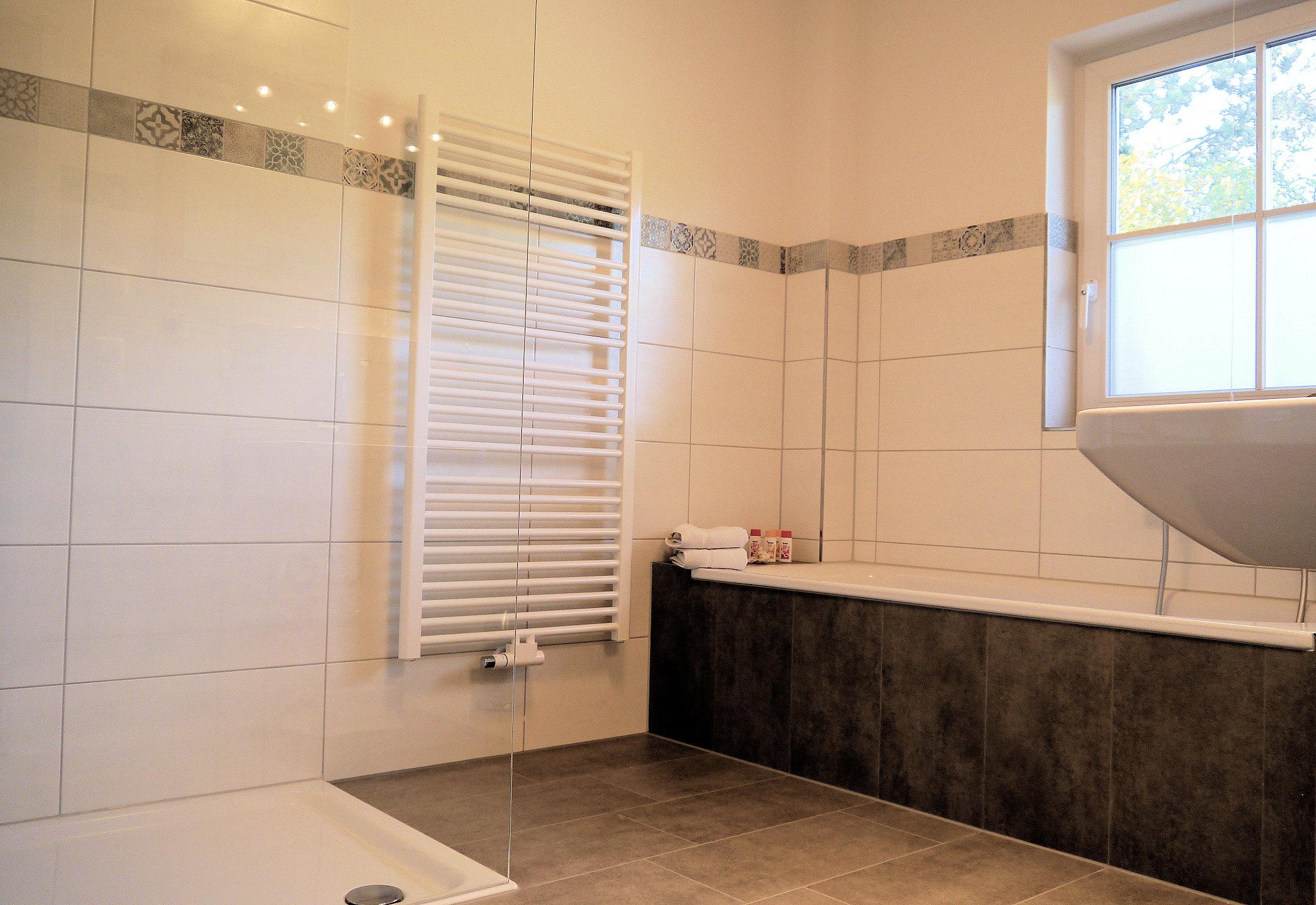 Apt. 1 Unser geräumiges Bad mit Badewanne und Dusche.