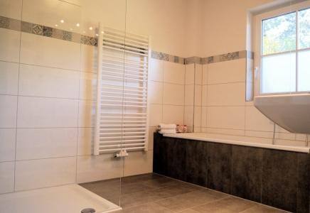 Apt. 2 Unser geräumiges Bad mit Badewanne und begehbarer Dusche.