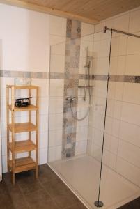 Im Bad befindet sich auch eine begehbare Dusche.