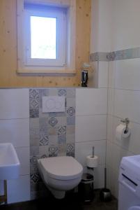 Das WC sowie Waschmaschine befindet sich in einem separaten Raum.